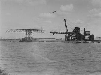VII-371-01-01-3 Werkzaamheden tijdens de aanleg van de Merwehaen. De transporteur Waalhaven (rechts) vult de caissons ...