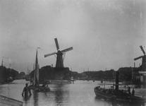 VII-373 Middenkous met molens De Distilleerketel tussen de Voorhaven (links) en Achterhaven (rechts) en De Waakzaamheid ...