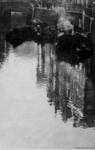 VII-494-02 Gezicht op de Steigersgracht, die liep van de Soetensteeg tot het Groenendaal, met rechts de Vlasmarktsluis, ...