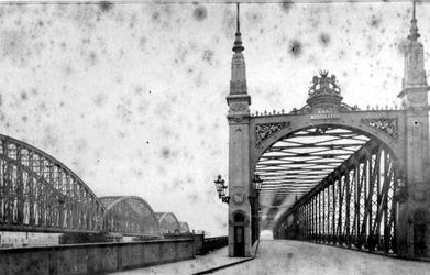 X-12 De Willemsbrug en links de spoorbrug ( de Maasbruggen ) over de Nieuwe Maas, gezien vanaf de zijde van de ...