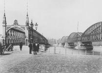 X-13-1 De Willemsbrug en rechts de spoorbrug (de Maasbruggen) over de Nieuwe Maas, gezien vanaf de Maaskade op het ...