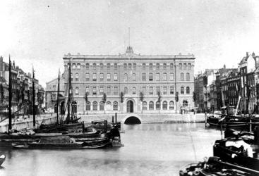 XI-42-03 Gezicht vanaf de Keizersbrug op de Blaak en het postkantoor aan het Beursplein.Links de Noordblaak, rechts de ...