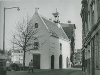 XII-105-07 Het zakkendragershuisje aan de Voorstraat. Links de Aelbrechtskolk.