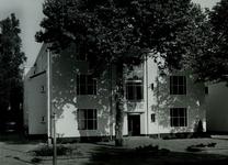 XII-64-03-1-TM-7 Hoofdingang van het verbouwde politiebureau aan de Boezemsingel. Selectie van 2 uit 7 opnamen.Van ...