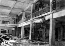 XIV-50-51-01-3 Puinresten na het bombardement van 14 mei 1940. Gezicht in de nieuwe Beurs. Overzicht van de ...