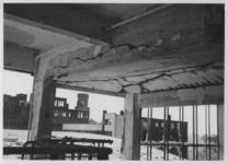 XIV-50-51-01-4 Het door het Duitse bombardement van 14 mei 1940 getroffen Beursgebouw. Verwoesting vierendeelligger ...