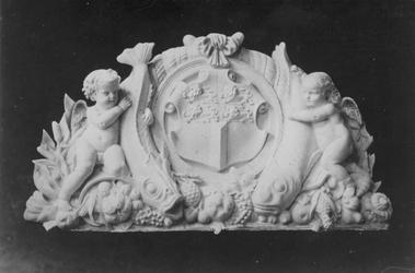 XIV-71 Basreliëf voorstellende het stadswapen, geflankeerd door engeltjes met onderdelen van de vis- en vruchtenhandel, ...