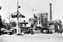 XIX-19-02-03 Gezicht opde door het Duitse bombardement van 14 mei 1940 getroffen Coolsingel met het verwoeste ...