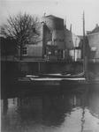 XVI-35-01-02 Het Boerengat met de afgeknotte molen Roode Leeuw (Roomolen) op de Oostmolenwerf, uit het oosten. In het ...