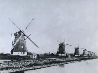 XVI-4-(A) Zeven van de acht watermolens aan de Boezem. In 1897 werd de sloop begonnen van de in 1895 verbrande watermolen.