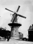 XVI-40-01-01 Gezicht op molen 'De Noord' aan het Oostplein, uit het noordwesten. Onderaan staat: 'Koninklijke Ned. ...