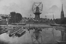 XVI-51-02-02 De houtzaagmolen Gravenlust aan de Oostzeedijk vanaf het Boerengat, uit het zuiden. De molen vlagt in den ...