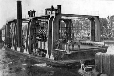 XVII-92-13 Het Wagenveer op de Nieuwe Maas, tussen de Linker Veerdam en de Veerhaven.Het wagenveer is op 1 juni 1911 in ...