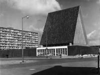 XVIII-217-04-2 Gevel van beton met glasraam van de Gereformeerde Verrijzeniskerk in de Duikerstraat.