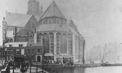 XVIII-76-02 Gezicht op de Grote Kerk met op de voorgrond de Binnenrotte.