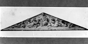 XXII-84-1-TM-4 Beeldhouwwerken, vervaardigd door L.P. Stracké, aan de gevel van het Erasmiaans Gymnasium aan de ...