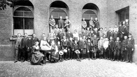 XXII-88-00-02-1 Leerlingen van het Erasmiaans Gymnasium aan de Coolvest.