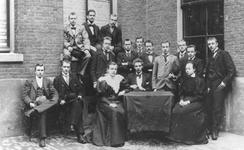 XXII-88-00-02-12 Leerlingen van het Erasmiaans Gymnasium aan de Coolvest.