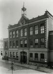 XXII-95 De Hogere Burger School ( H.B.S. ) aan het Van Alkemadeplein, uit het noordwesten.