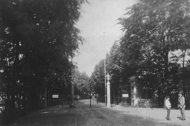 XXIII-105 De hoofdingang van de Diergaarde aan de Diergaardelaan.