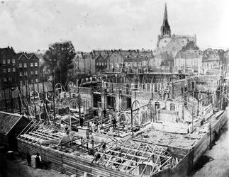 XXIII-51-01 Gezicht op de in aanbouw zijnde Schouwburg aan de Aert van Nesstraat.