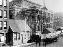 XXIII-51-02-1,-2 Gezicht op de in aanbouw zijnde Schouwburg in de Aert van Nesstraat.Afgebeeld van boven naar beneden:-1-2