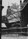 XXV-529-02-1 Het besneeuwde binnenplein naast de Nederlandse Hervormde Kerk aan de Aelbrechtskolk, uitkomend aan de ...