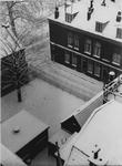 XXV-529-02-2 Het besneeuwde binnenplein naast de Nederlandse Hervormde Kerk aan de Aelbrechtskolk, uitkomend aan de ...