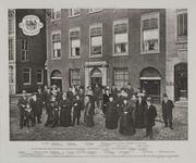 XXV-81 Leden van de Vereniging der familie Van Oordt voor het pand van de familie Van Oordt (suikerfabriek) aan het ...