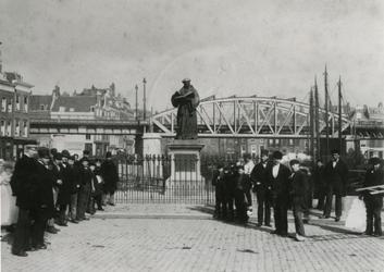 XXVI-10 Standbeeld van Erasmus op de Grotemarkt.Op de achtergrond de spoorbrug.