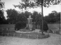 XXVI-44 Een fontein in het park Rozenburg.