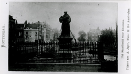 XXVI-7-01 Standbeeld van Erasmus op de Grotemarkt.Op de achtergrond de Steigersgracht.