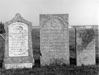XXVII-19-05-1-TM-5 Grafzerken van de Israëlitische Begraafplaats aan het Toepad. 5 opnamen van boven naar beneden: -1: ...
