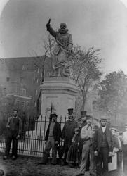 XXXI-132-1 Groepsfoto bij het standbeeld van Piet Heyn op het Piet Heynsplein.