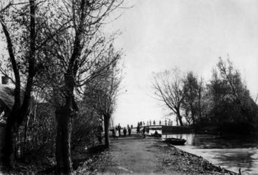 XXXI-287 Bosweg, uit het westen. Rechts een brug naar de Langekade.