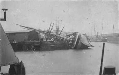 XXXIII-162-02 Het gekapseisde fregat 'Annesley' in de Binnenhaven.