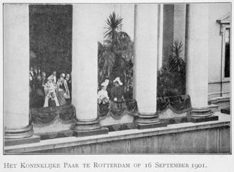 XXXIII-215-1 Bezoek van koningin Wilhelmina en prins Hendrik op het balkon van het stadhuis aan de Hoogstraat.