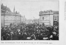 XXXIII-215-4 Bezoek van koningin Wilhelmina en prins Hendrik bij de Oostpoort aan de Oostkade.