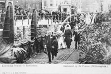 XXXIII-217-8 Bezoek van koningin Wilhelmina en prins Hendrik. Aankomst op de ponton aan de Leuvehaven bij het Willemsplein.