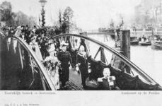 XXXIII-217-9 Bezoek van koningin Wilhelmina en prins Hendrik. Aankomst op de ponton aan de Leuvehaven bij het Willemsplein.