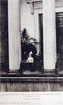 XXXIII-218-2 Bezoek van koningin Wilhelmina en prins Hendrik op het balkon van het stadhuis aan de Hoogstraat.