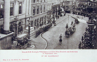 XXXIII-218-3 Bezoek van koningin Wilhelmina en prins Hendrik. Aankomst bij het stadhuis aan de Hoogstraat.