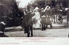 XXXIII-218-5 Bezoek van koningin Wilhelmina en prins Hendrik. Aankomst bij de ponton aan de Leuvehaven.