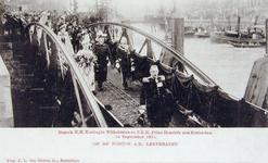 XXXIII-218-6 Bezoek van koningin Wilhelmina en prins Hendrik op 16 september 1901. Op de ponton aan de Leuvehaven.