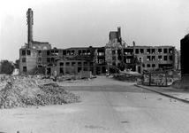 XXXIII-569-16-38 Restanten van de fabriek van Dobbelman aan de Hoogstraat, na het bombardement van 14 mei 1940. Op de ...