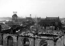 XXXIII-569-39-01-19 Gezicht op de Grotemarkt, Westnieuwland, en omgeving met verwoeste huizen en gebouwen als gevolg ...