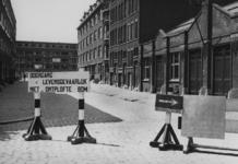 XXXIII-577 De Heulstraat is afgezet in verband met een onontplofte Engelse bom op het puin van de gedempte Rotterdamse Schie.