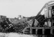 XXXIII-645-00-01-01-01-3 Gezicht in de Rijnhaven met havenverwoestingen veroorzaakt door de Duitse Wehrmacht. Vernielde ...
