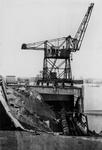 XXXIII-645-00-01-01-01-6 Gezicht in de Rijnhaven met havenverwoestingen veroorzaakt door de Duitse Wehrmacht. Vernielde ...