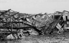 XXXIII-645-00-01-01-2 Gezicht in de Rijnhaven met havenverwoestingen veroorzaakt door de Duitse Wehrmacht. Vernielde ...